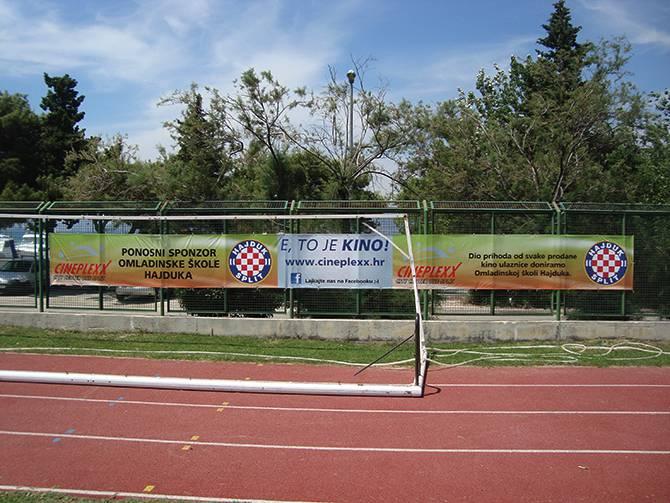 Pvc baner cerada postavljena na ogradu koristeći alkice i vezice.